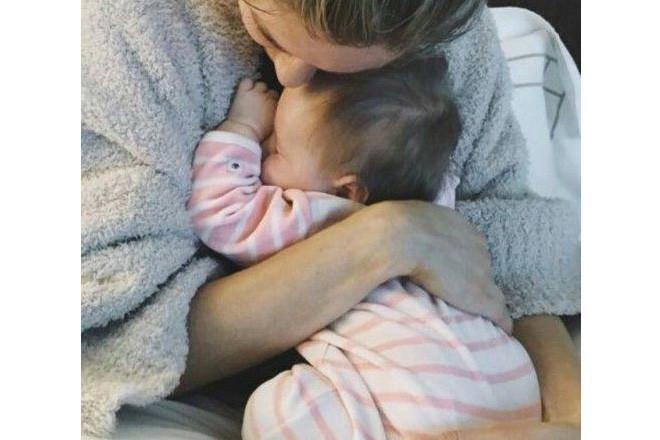 Trẻ sơ sinh cũng có thể bị gù lưng nếu bố mẹ bế sai cách