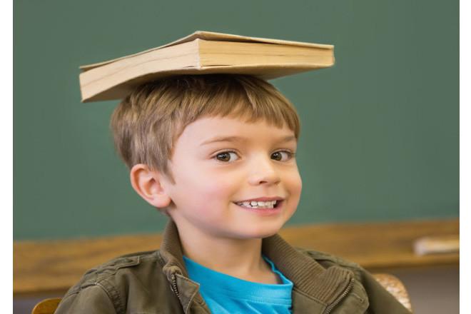 Giữ thăng bằng sách trên đầu để chống gù lưng
