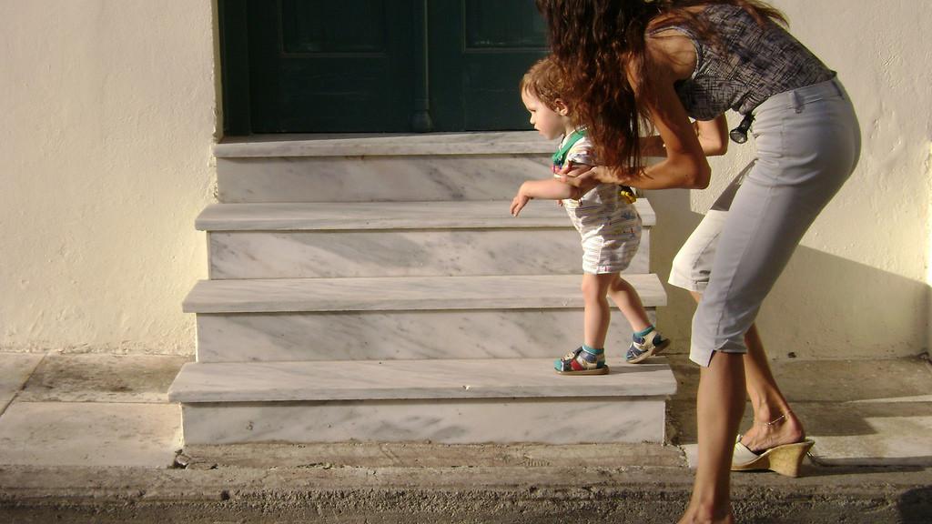Nên cho bé mang giày tập đi khi cần thiết