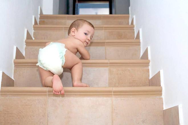 Bé leo cầu thang