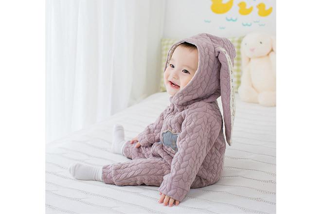 Trẻ cần được mặc quần áo ấm phù hợp