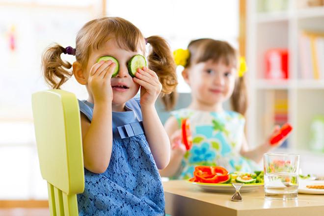 Trẻ ăn rau củ trái cây tươi