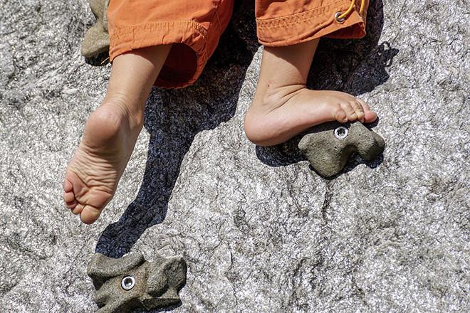Để trẻ tự đứng trên đôi chân của chính mình đôi lúc là một việc làm cần thiết