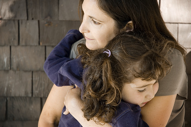 Trẻ muốn mẹ bồng bế