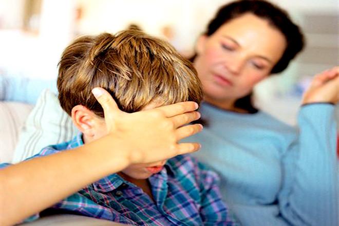 Hỏi han chia sẻ và giúp trẻ xây dựng mối quan hệ tốt với em bé