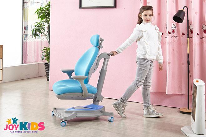 Sử dụng bàn học thông minh có thể điều chỉnh chiều cao và độ nghiêng phù hợp vóc dáng của trẻ