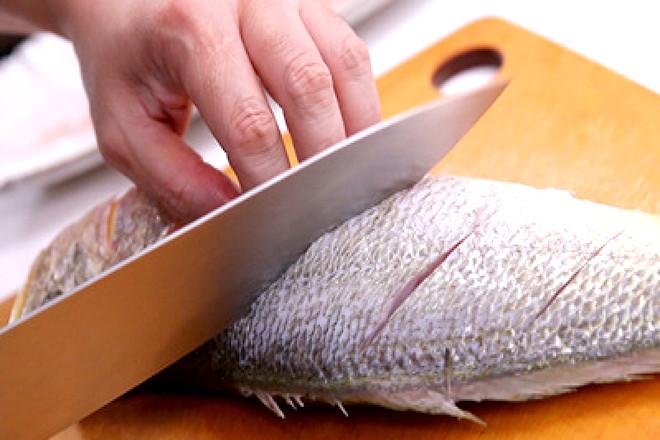 Khứa vài đường lên thân cá để cá thấm đều gia vị.