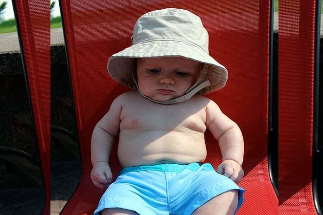 Đội nón rộng vành khi tắm nắng cho trẻ