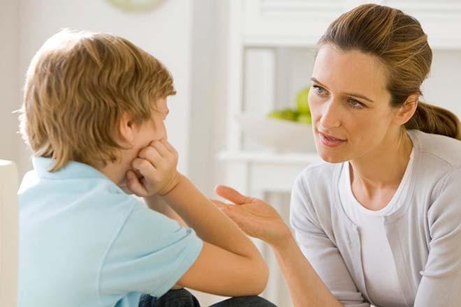 Giúp trẻ thể hiện cảm xúc tâm trạng khi có em