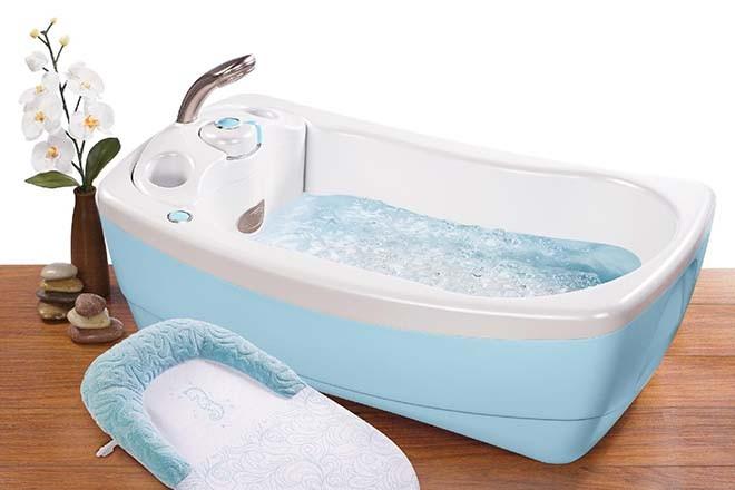 Pha nước tắm cẩn thận cho bé với nhiệt độ phù hợp