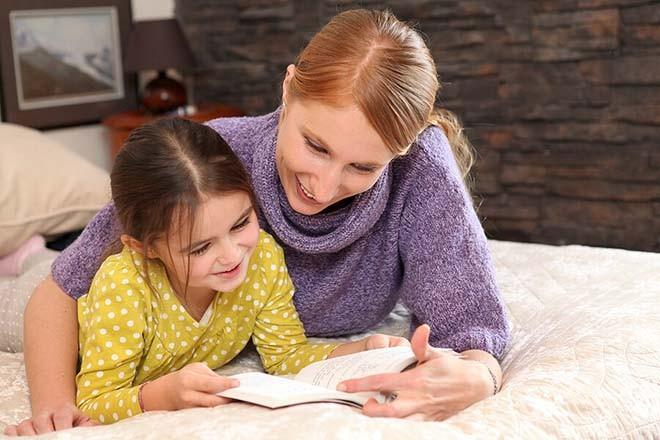 Đọc sách về việc sinh con cho trẻ nghe.