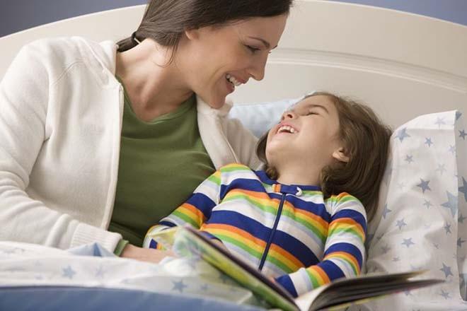 Mẹ hãy trnah thủ ở bên cạnh trẻ khi em bé ngủ