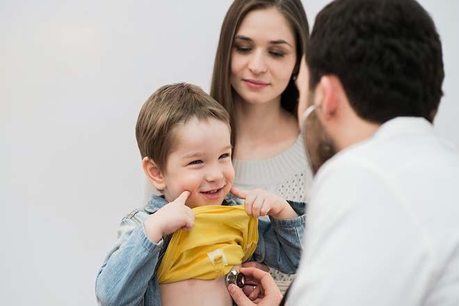 Mẹ đưa bé đi khám bác sỹ