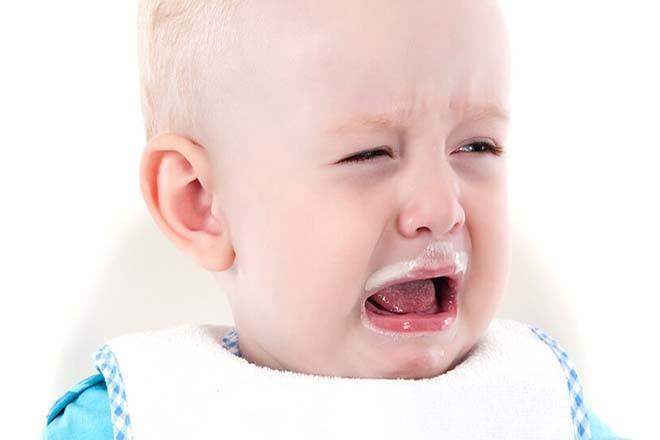 Trẻ nôn ói vì dị ứng sữa
