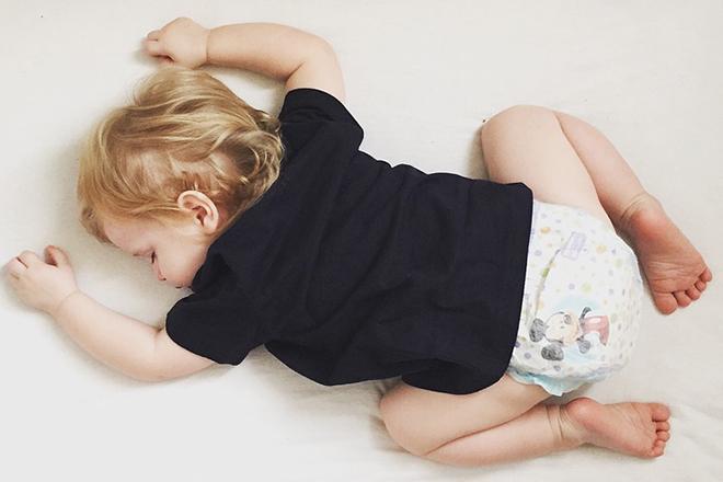 Thời điểm an toàn để cho bé ngủ nằm sấp là trên 1 tuổi