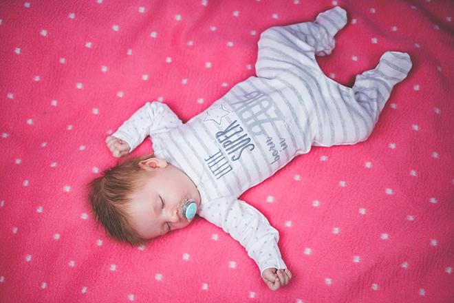Tập cho bé thói quen nằm ngửa khi ngủ