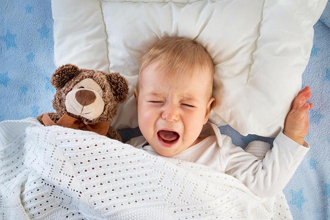 Bé khóc vì khó ngủ.