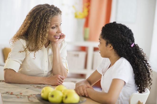Hãy nói cho trẻ biết, con sẽ không gặp rắc rối nếu báo cho ba mẹ biết về đụng chạm cơ thể.