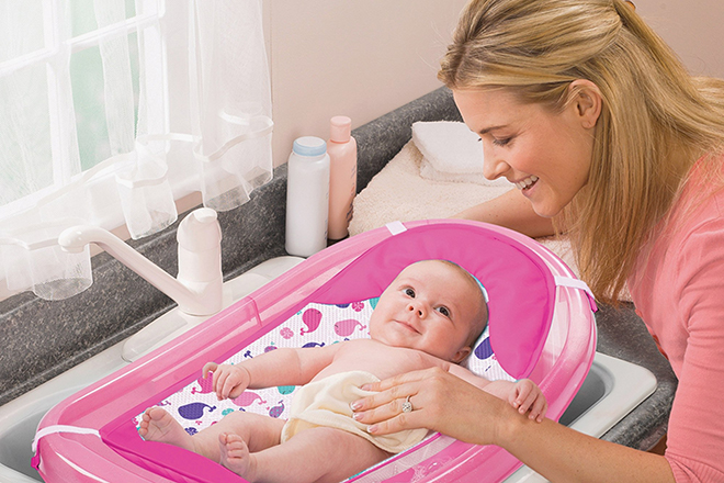 Bé sẽ thoải mái và thư giãn hơn nếu như bạn nói chuyện khi đang lau người cho bé.