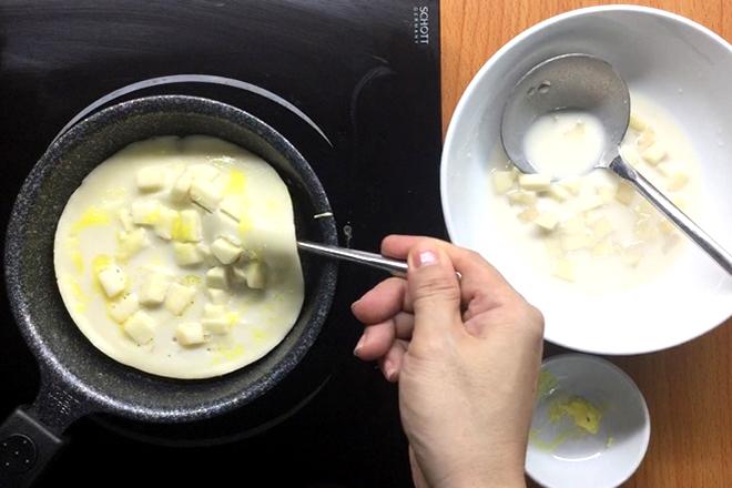 Cách làm pancake táo thật đơn giản.