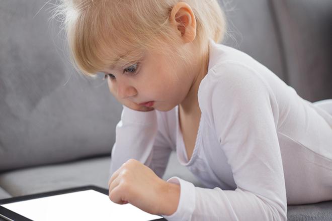 Trẻ càng ngày càng dành nhiều thời gian cho thiết bị công nghệ