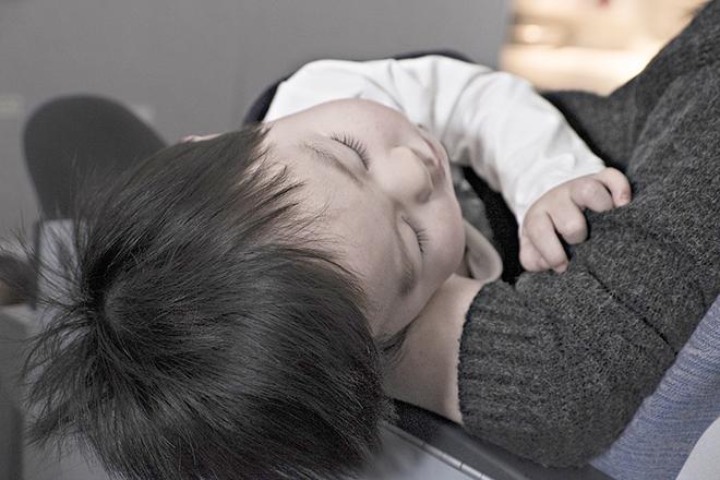 Dỗ dành con nhẹ nhàng và yên lặng vào ban đêm