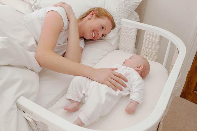 Đặt bé vào chỗ ngủ khi con đã buồn ngủ nhưng vẫn còn thức