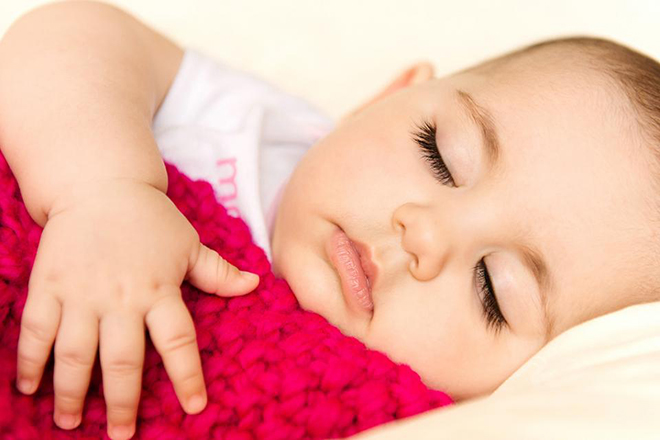 Mẹ cho mỗi bé một món đồ chơi mềm hoặc chăn mỏng để mang đi ngủ.