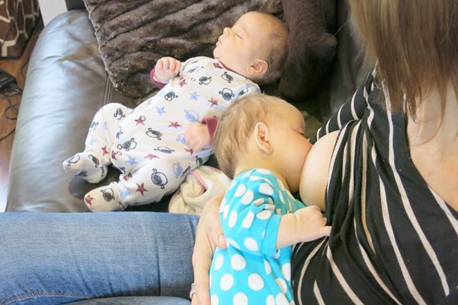 Chăm trẻ sinh đôi, một bé thức một bé ngủ đối với nhiều mẹ là tốt hơn với việc cả 2 cùng thức.