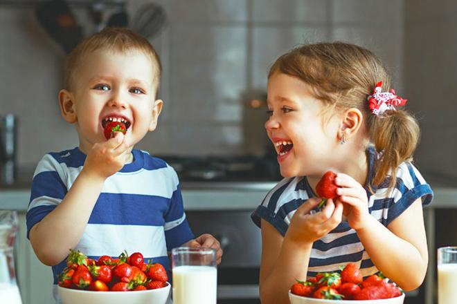 Tạo không khí tươi vui và nhiều màu sắc để trẻ hứng thú hơn trong chuyện ăn uống