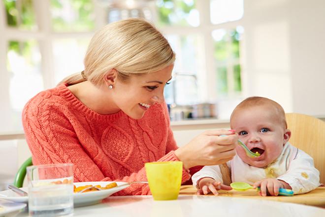 Bé 6 tháng tuổi có thể làm quen một số loại thực phẩm nhất định, chứ không phải là tất cả.
