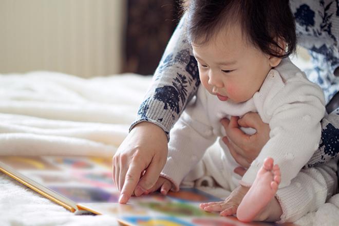 Bé 5 tháng tuổi thích những màu sắc nổi bật