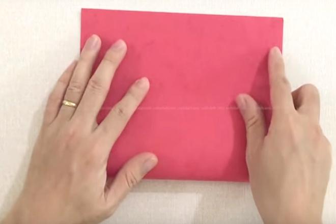 Gấp đôi giấy màu đỏ