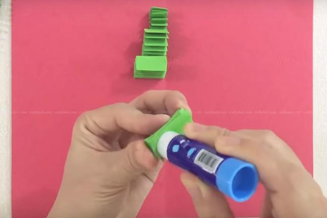 Dán một bên giấy xanh vào một bên miếng giấy đỏ