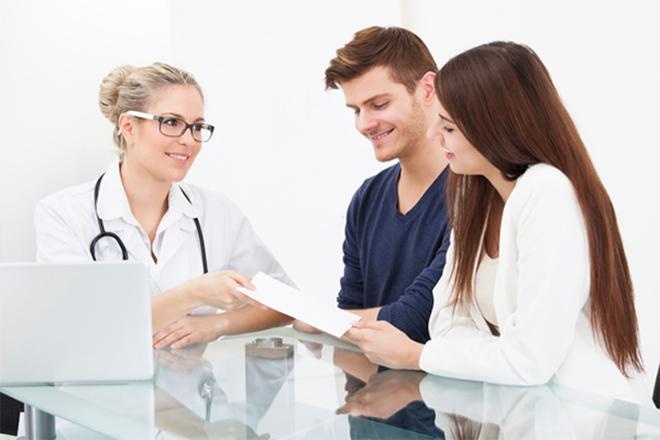 Hai vợ chồng gặp bác sỹ