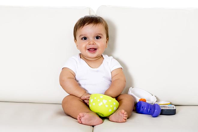 Mẹ nên cho trẻ 6 tháng chơi đồ chơi nhiều màu sắc để con phát triển thị giác thật tốt.