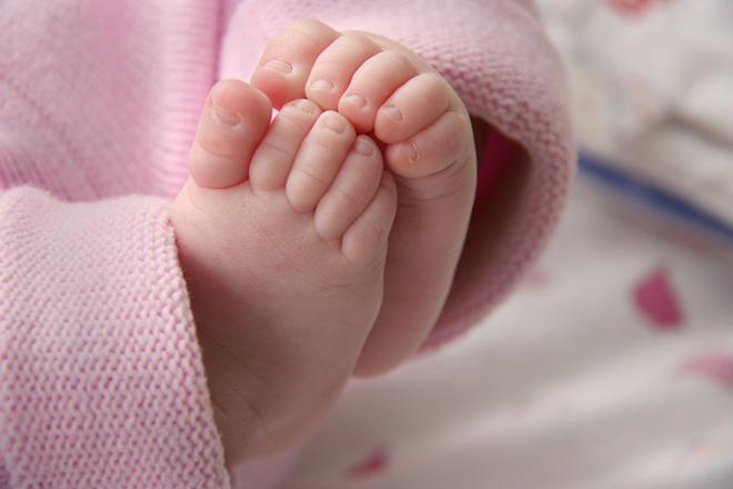 Đo thân nhiệt và giữ ấm cho bé khi con lạnh nhất là lạnh chân