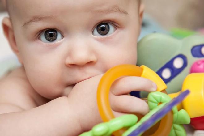 Mọc răng là một trong những nguyên nhân phổ biến khiến trẻ 7 tháng tuổi biếng ăn.