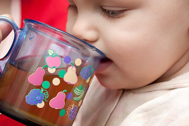 Trong nhiều trường hợp, nước táo ép được các bác sỹ khuyên dùng cho trẻ khi con bị táo bón.