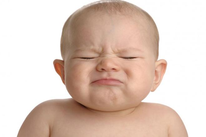 Triệu chứng thực sự của táo bón là trẻ đi ị rất khó và phân cứng.