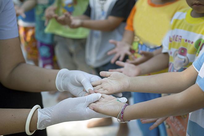 Giữ vệ sinh cho trẻ thật tốt để phòng ngừa tay chân miệng