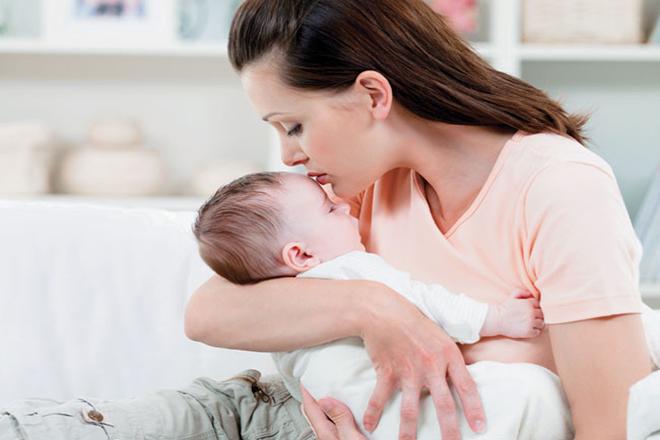 Mẹ vỗ về an ủi hát ru trấn an con khi bé khóc đêm