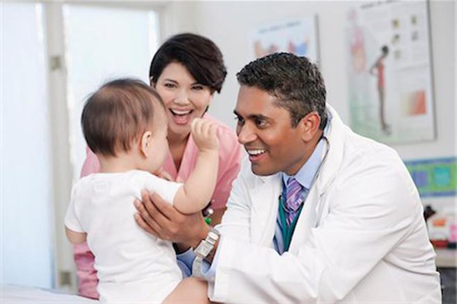 Con sẽ được bác sỹ kiểm tra để xem xét quá trình phát triển kỹ năng vận động của bé