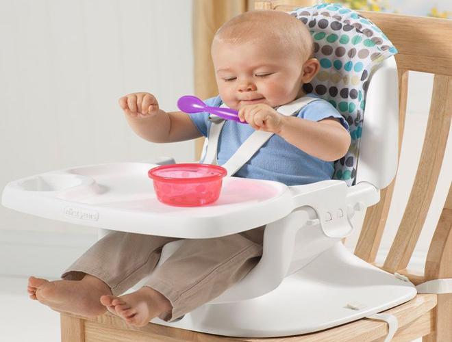 Cho bé ăn cùng bữa với gia đình sẽ giúp cải thiện tình trạng lười ăn
