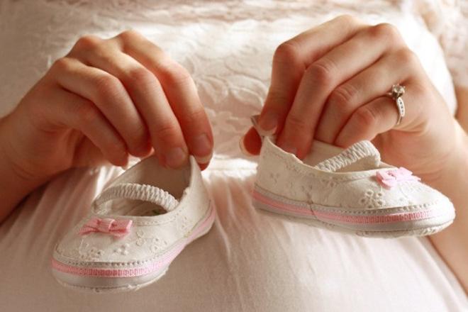 Mẹ bầu và đôi giày của bé