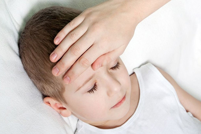 Khi trẻ sốt hãy giữ phòng trẻ ở thoáng mát