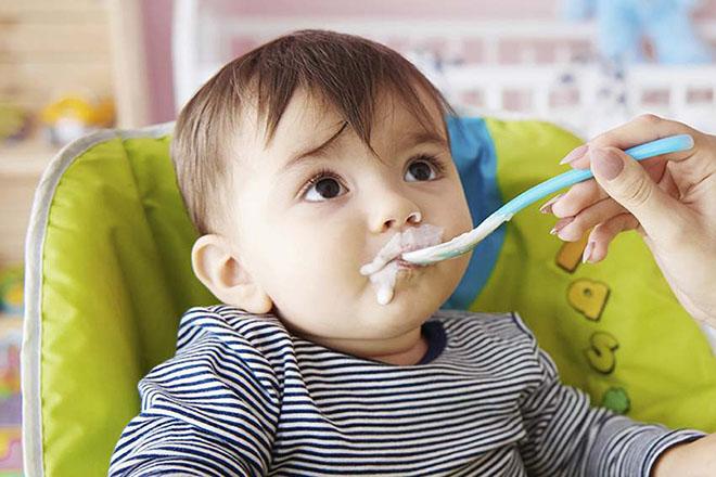 Mẹ cho bé 7 tháng ăn sữa chua