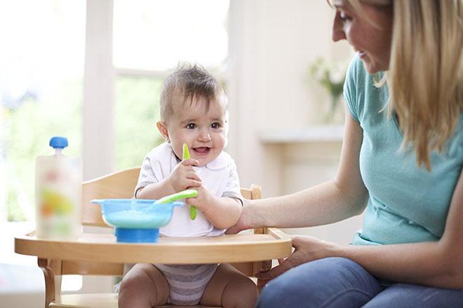 Bé ăn ngon miệng nhờ cách chế biến phong phú khoa học của mẹ.
