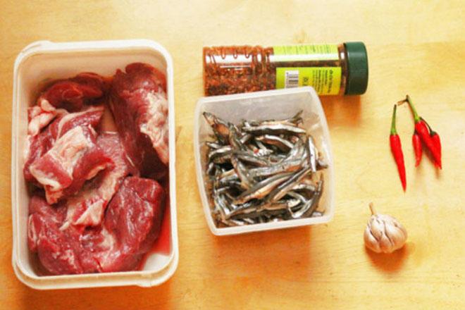 Nguyên liệu làm cá cơm kho thịt ba chỉ.