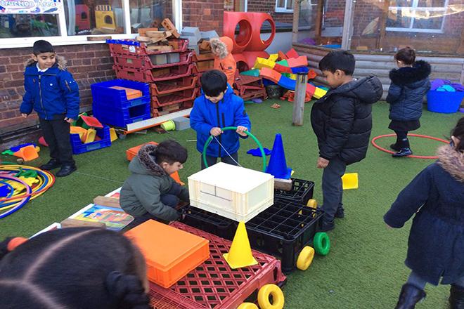 Trẻ phát triển kỹ năng làm việc đội nhóm